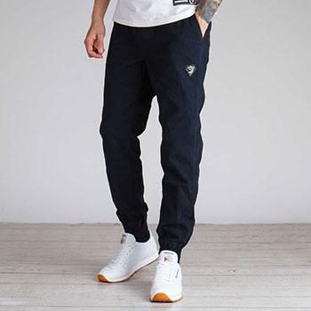 Joggery – uniwersalne spodnie na każdą okazję