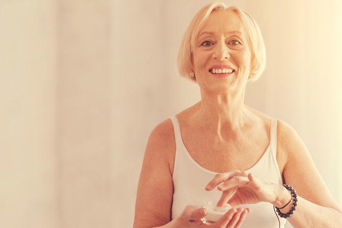Jak pielęgnować skórę twarzy po 60. roku życia?
