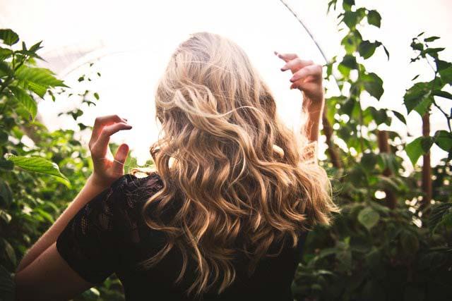 Jak dbać o fryzurę podczas wakacyjnego wyjazdu, aby nie spędzać godzin przed lustrem