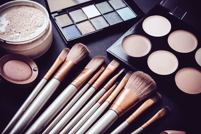 Jak w kilku krokach zrobić makijaż i jakie są jego zalety?