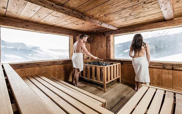 Relaks w saunie zewnętrznej
