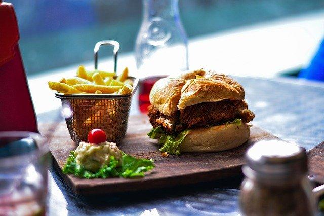 Jedzenie fast foodów powoduje poważne konsekwencje dla zdrowia